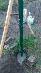 установка столбов для сетки