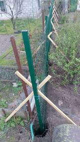 бетонировка столбов для забора из сетки