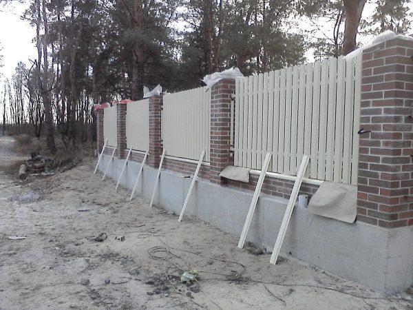 montazh shtaketnogo zabora 600x450 - Штакетный забор 2.5*1.8м/0,45мм