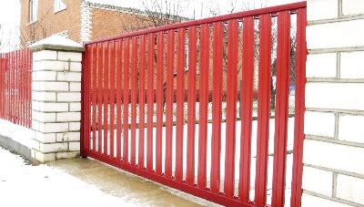Откатные ворота из штакетного профиля красного цвета