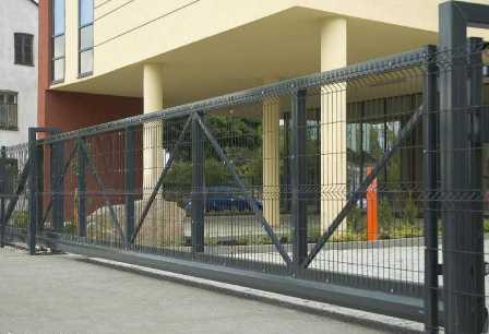 Откатные ворота с заполнением сетки ПВХ