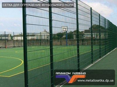 спортивной площадки требуется надежный забор, защищенный от ударов и стойкий к различным механическим повреждениям.