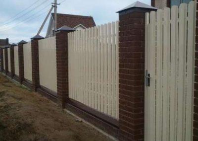 Штактеный забор белого цвета