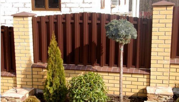 Забор штакетный формой радуга