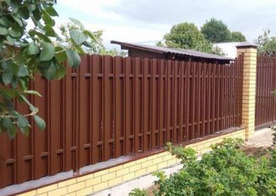 Штакетный забор двухсторонней зашивкой
