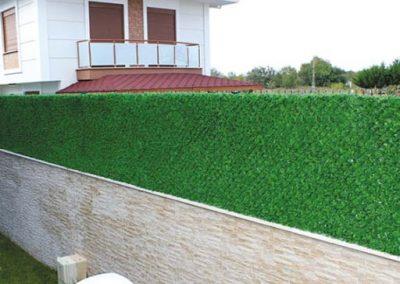 Зелёный забор из травы и хвои