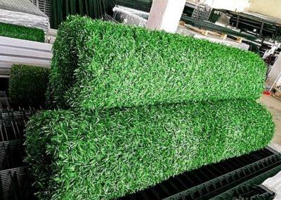 Зелёный забор из хвои и травы