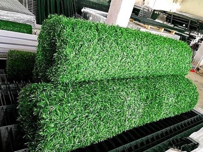 Зелёный забор из из искусственной травы
