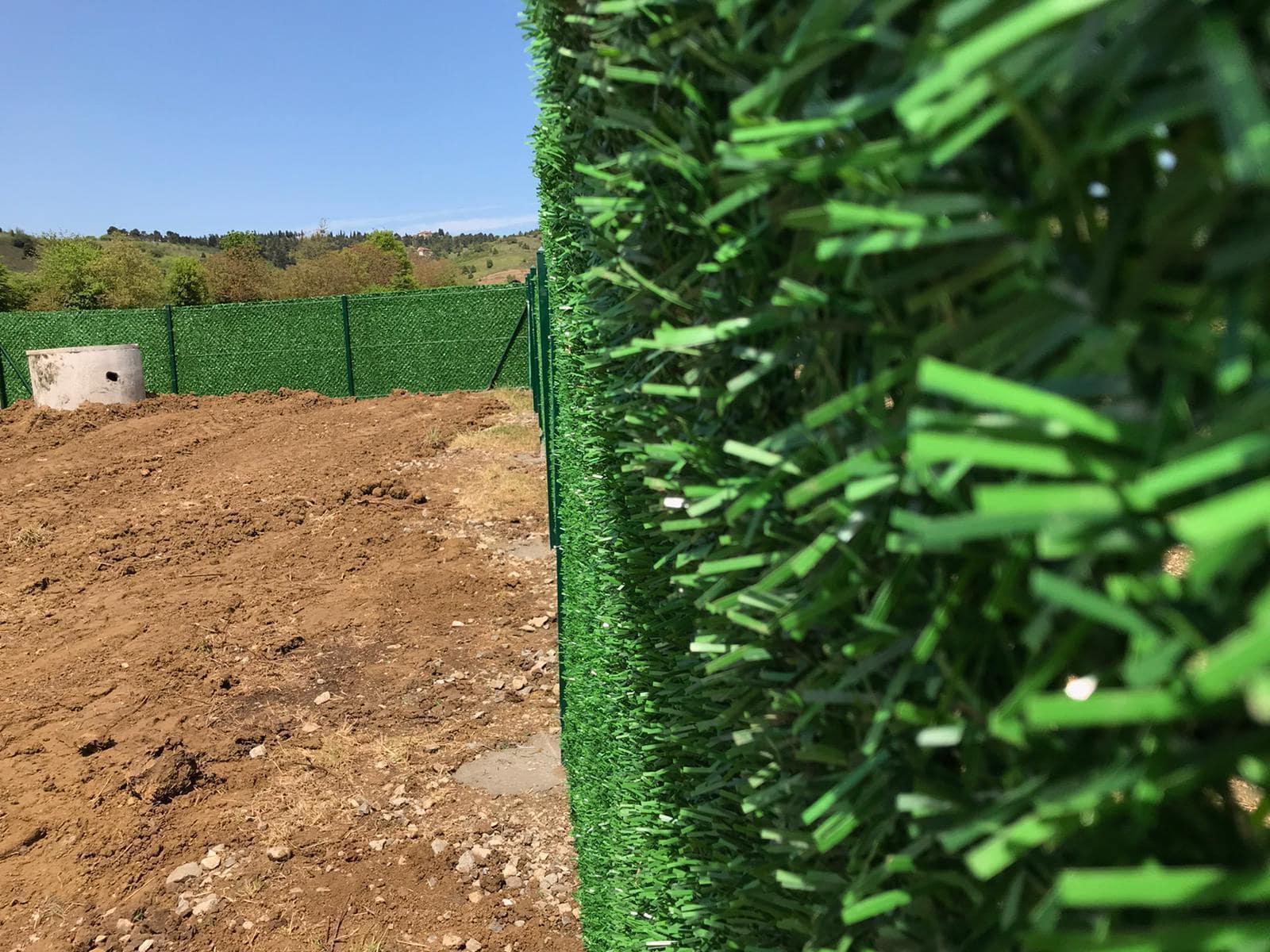 Зелёный забор их хвои и травы